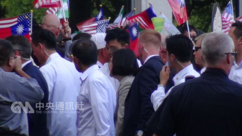 總統蔡英文(中)18日傍晚抵達休士頓,數百名僑胞在飯店外迎接總統到訪。中央社記者江今葉休士頓攝  107年8月19日