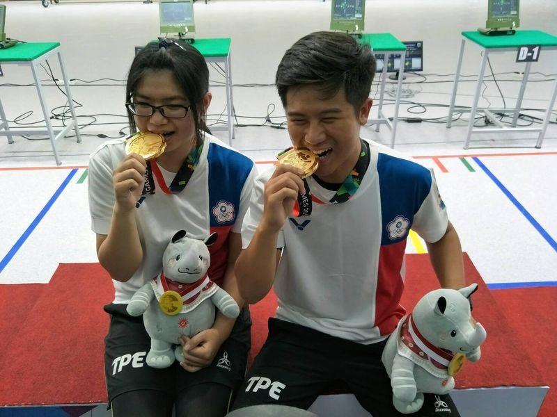 中華代表團19日靠著小將林穎欣(左)和呂紹全(右),在射擊10公尺空氣步槍混合團體賽,拿下2018年雅加達亞運首面金牌。(中華奧會提供)