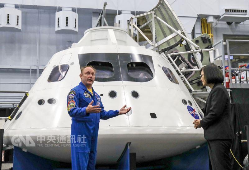 總統蔡英文(右)19日赴美國國家航空暨太空總署(NASA)所屬詹森太空中心(Johnson Space Center),由太空人E. Michael Fincke(左)介紹下參觀太空站實體模型訓練中心。中央社記者裴禛休士頓攝 107年8月19日