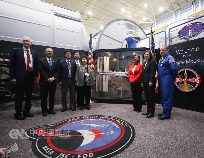 總統蔡英文(右2)結束出訪友邦行程,回程抵達美國休士頓過境,當地時間19日與總統府秘書長陳菊(右4)等人到美國國家航空暨太空總署(NASA)所屬詹森太空中心(Johnson Space Center),參訪太空站實體模型訓練中心。中央社記者裴禛休士頓攝 107年8月20日