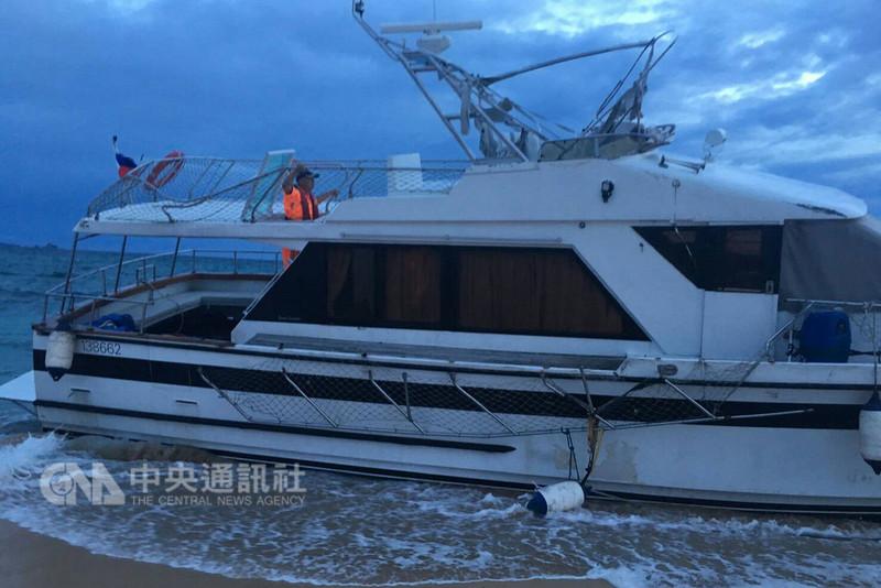 香港一艘「DUKKLING」遊艇故障漂流,在海上漂流11天後,擱淺在澎湖望安網垵口海灘。(海巡署金馬澎分署第13巡防區指揮部提供)中央社 107年8月20日