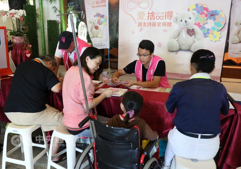 器官捐贈移植登錄中心20日在台中慈濟醫院舉辦器官捐贈宣導活動,不少民眾響應簽署器捐同意書,以行動展現大愛精神。中央社記者趙麗妍攝 107年8月20日