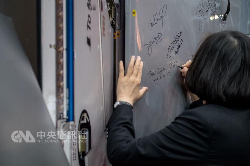 總統蔡英文在休士頓當地時間19日參訪美國國家航太總署所屬詹森太空中心,圖為她在太空艙艙門上簽名。(總統府提供)中央社記者葉素萍傳真 107年8月20日