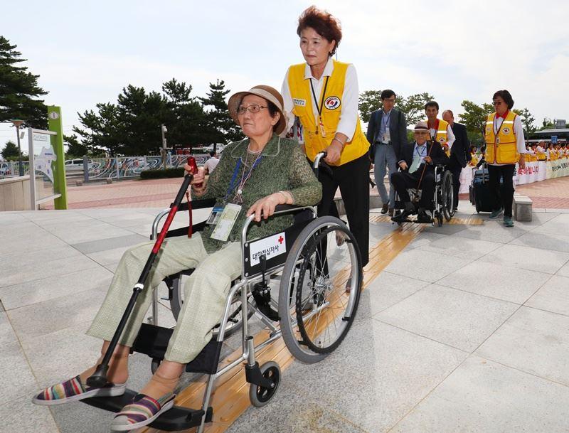 因韓戰分隔於南北韓兩地的離散家屬20日起分批在北韓金剛山重聚,這是相隔2年多後再舉行的離散家屬團聚活動。圖為參與的南韓長者。(韓聯社提供)