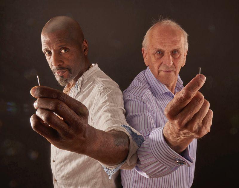 72歲的英國毫芒雕刻專家蕭特(右),靠著一件又一件迷你雕刻作品,贏得「全世界最迷你雕刻專家」稱號。(圖取自蕭特網頁www.grahamshortart.com)