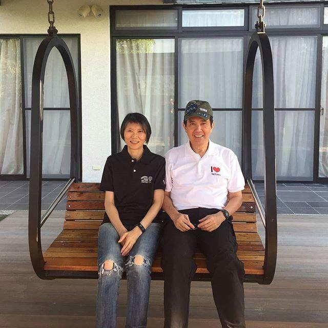 前總統馬英九(右)20日在臉書說,「今天是我和美青結婚41週年」,並放上一張兩人共同出遊的照片。(圖取自馬英九臉書www.facebook.com/MaYingjeou/)