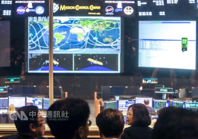 總統蔡英文(右)19日赴美國國家航空暨太空總署(NASA)所屬詹森太空中心(Johnson Space Center),參訪控制中心。中央社記者裴禛休士頓攝 107年8月19日