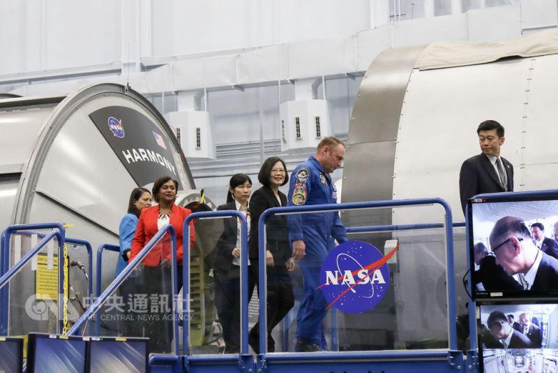 蔡總統訪NASA 太空人讚嘆從太空看台灣很美