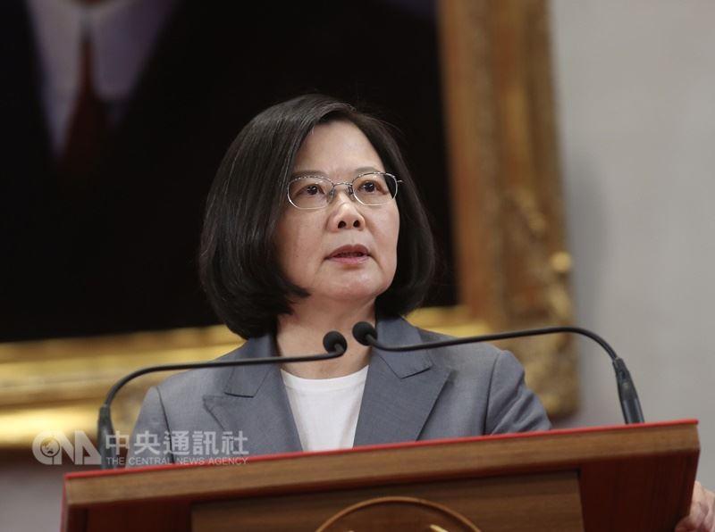 針對中華民國與中美洲邦交國薩爾瓦多斷交,總統蔡英文21日在總統府召開記者會表示,愈是打壓、愈要團結,愈是打壓、愈要走出去,「台灣不會因為壓力而屈服,我們會更團結、更堅強。」 中央社記者徐肇昌攝 107年8月21日
