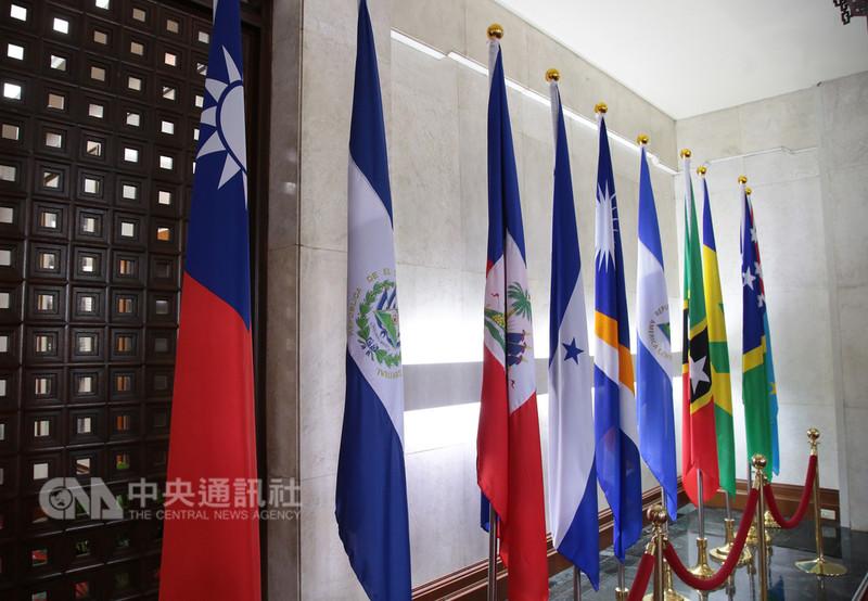 外交部長吳釗燮21日宣布,中華民國與中美洲邦交國薩爾瓦多斷交。圖左2為置放在外交部內的薩爾瓦多國旗。中央社記者張皓安攝 107年8月21日