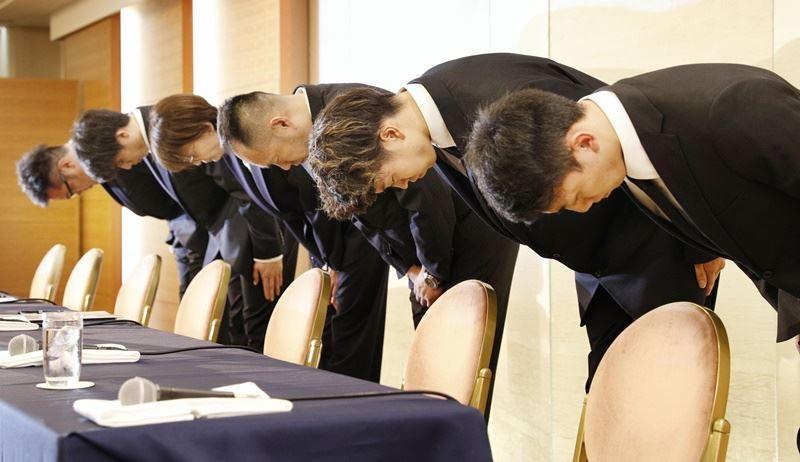 參加亞運的日本男籃國家代表隊4名球員,穿著代表隊制服到紅燈區買春被召回日本,20日返國後,與日本籃球協會會長三屋裕子在東京舉行謝罪記者會上道歉。(共同社提供)