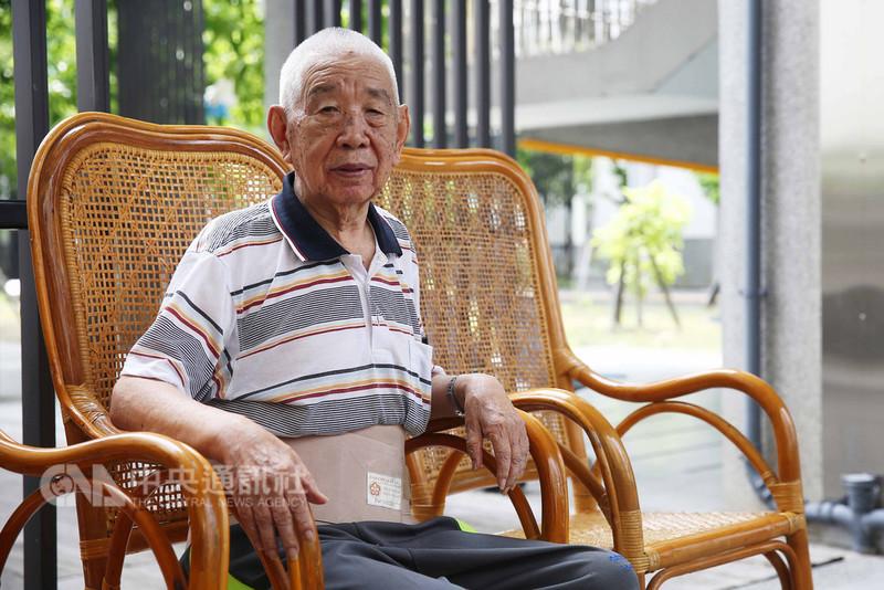 中校退伍、高齡94歲的八二三砲戰老兵葛傑仁(圖)坐在藤椅上,操著濃厚的鄉音、娓娓道來那些年的烽火歲月。中央社記者游凱翔攝 107年8月22日