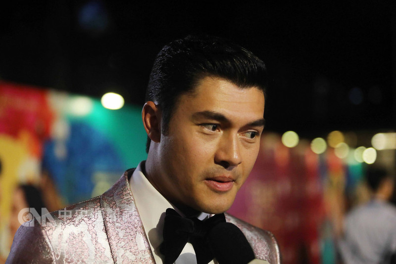 好萊塢電影「瘋狂亞洲富豪」在新加坡上映,男主角亨利高汀在首映會走紅毯亮相。中央社記者黃自強新加坡攝 107年8月22日