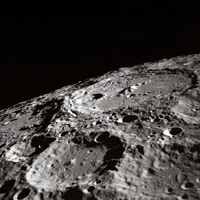 科學家21日首度證實月表有冰的存在,未來探月時或可作為生存資源,提供人類留駐所用。(圖取自Pixabay圖庫)