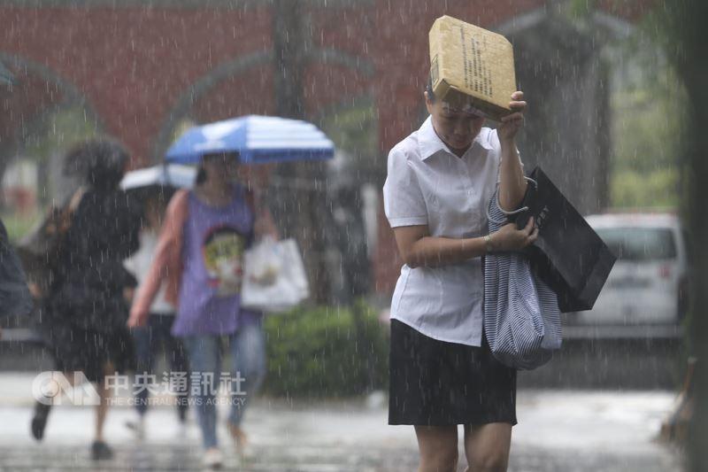 22日中南部及台東整天有短暫陣雨,中午過後,熱力作用加乘下,各地應防強降雨。(中央社檔案照片)