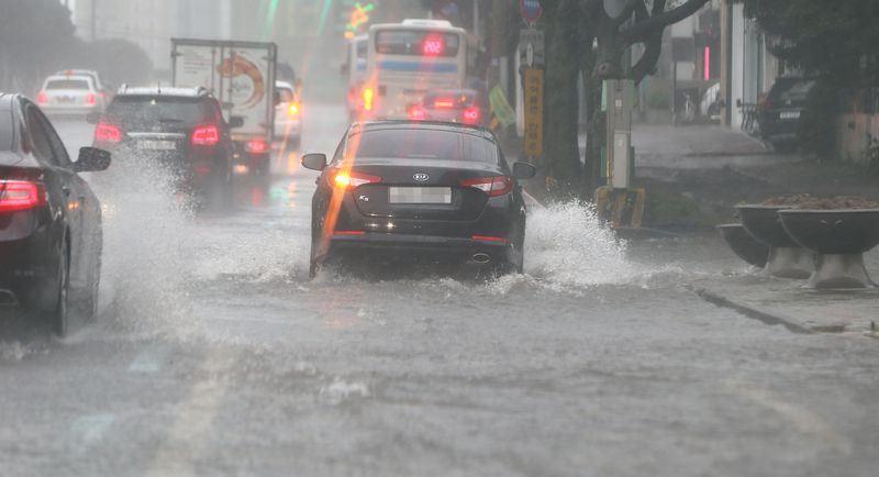 今年第19號颱風蘇力登陸韓國濟州,預測將貫穿朝鮮半島。(韓聯社提供)