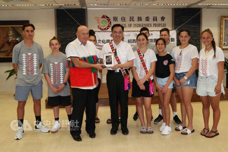 紐西蘭毛利族青少年訪問團來台進行尋根之旅,23日拜訪原住民委員會,與原民會主委夷將.拔路兒(前排左2)合影。中央社記者張皓安攝  107年8月23日