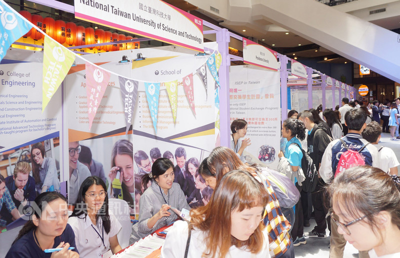 泰國台灣高等教育展今天登場,吸引許多泰國學子前來參觀,並詢問相關課程及生活適應問題。中央社記者劉得倉曼谷攝 107年8月24日