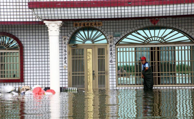 根據嘉義縣災害應變中心統計,截至26日上午,日前豪雨造成的淹水已進入第4天,仍有東石、布袋、義竹及朴子等鄉鎮的14村淹水未消退。圖為東石鄉掌潭村仍是汪洋一片,居民苦不堪言。中央社記者黃國芳攝 107年8月26日