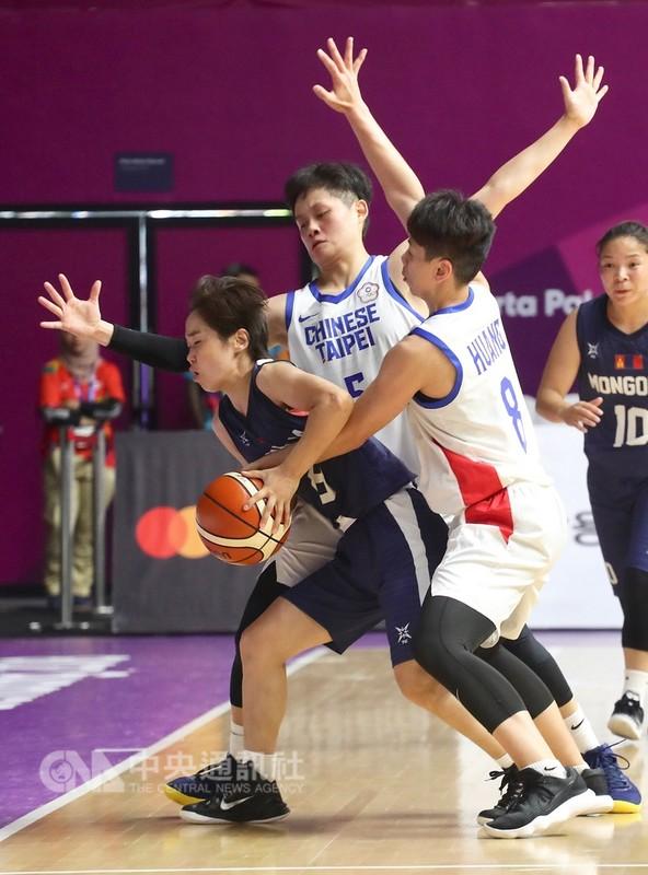 中華女籃26日靠著後衛黃英利(前右)轟下全場最高的28分,加上第3節一波20比7的攻勢甩開對手追擊,終場76比59擊敗蒙古,挺進亞運4強。中央社記者吳翊寧雅加達攝 107年8月26日