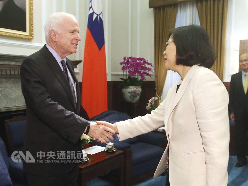 美國聯邦參議員馬侃(左)2016年在總統蔡英文上任後沒多久就訪台,他多年來也在「國防授權法」中推動支持台灣增進防禦能力的多項條款。(中央社檔案照片)