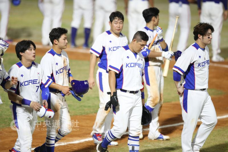 2018雅加達亞運棒球項目26日起點燃戰火,晚間中華隊以2比1擊敗南韓隊(圖)拿下首勝,南韓選手賽後離場時神情落寞。 中央社記者張新偉雅加達攝 107年8月26日