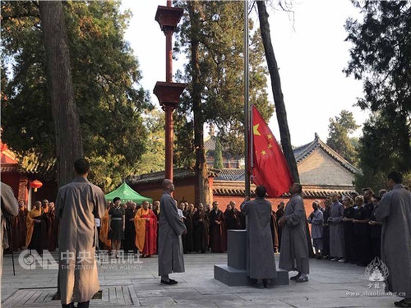 中國大陸嵩山少林寺27日舉行升國旗儀式,並聲稱此舉是要加強國家意識。有網民指這是少林寺1500年來第一次。(少林寺官網圖片)中央社記者張謙香港傳真  107年8月27日