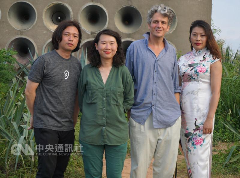 藝術家張夏翡(右)、楊凱婷(左2)、王福瑞(左)及法籍作曲家奧古斯丁莫爾斯(Augustin Maurs)(右2),利用金門北山播音牆從事聲音創作,預定9月到柏林展開第二階段展演,傳達「和平無價」意旨。中央社記者黃慧敏攝  107年8月28日
