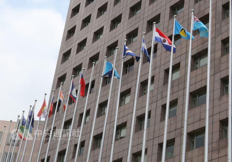 中華民國與中美洲邦交國薩爾瓦多斷交,中華民國邦交國已降到17個。位在台北市天母的使館特區撤下原本在我國國旗旁的薩爾瓦多國旗。(中央社檔案照片)