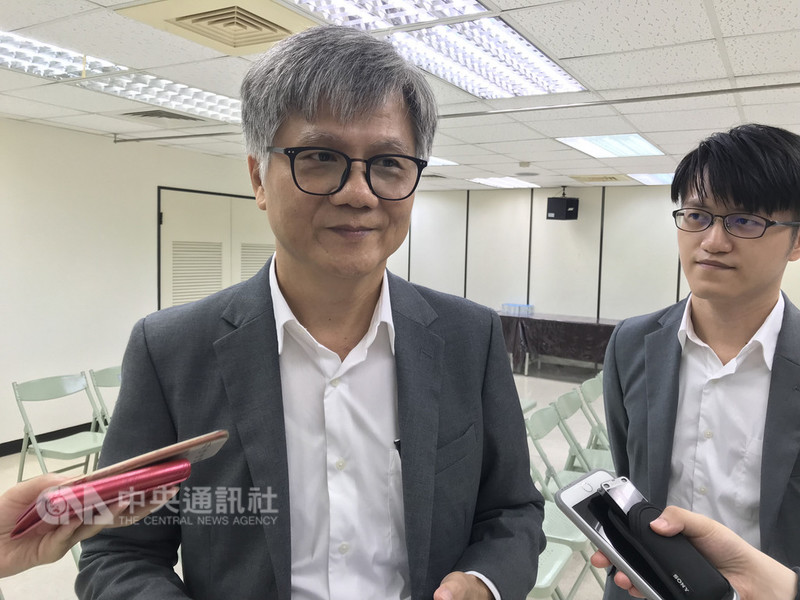 產險公司經理吳蕚洋(左)30日上午到選委會登記參選台北市長,成第5位參選者。中央社記者梁珮綺攝 107年8月30日