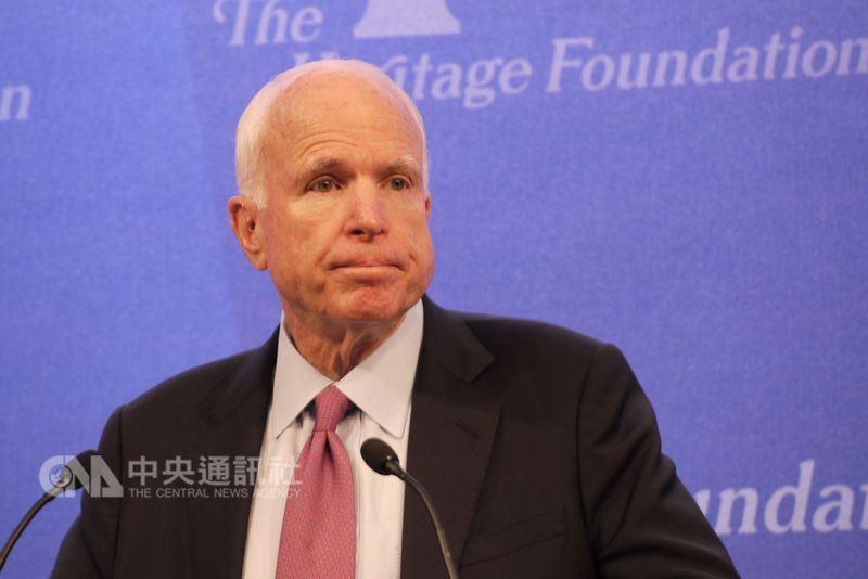 美國共和黨聯邦參議員馬侃25日因腦癌逝世,29日移靈亞利桑那州議會大廳,供民眾瞻仰致敬。(中央社檔案照片)
