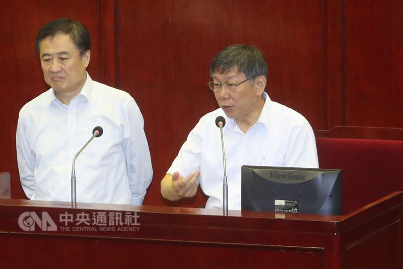 台北市長柯文哲(右)與北市副市長、北農董事長陳景峻(左)31日赴台北市議會進行市政總質詢及答覆,回應北農議題。中央社記者吳家昇攝 107年8月31日