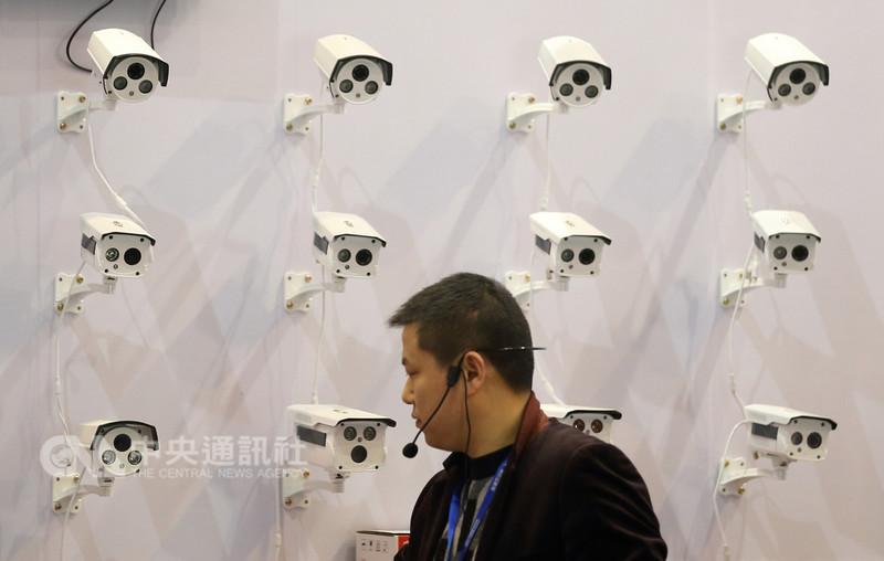 中國大陸開放台灣人申領居住證,是對台「融合」政策一環,但台灣民眾更關心的是被監控疑慮。圖為大陸舉辦的公共安全防範產品展銷會產品。(中新社提供)中央社 107年8月31日