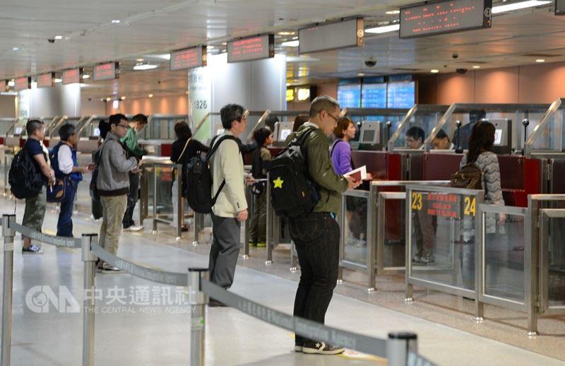 行政院政務委員張景森31日表示,開放免簽後來台人數增加、違法違規件數增加,但比例並未增加。圖為桃園機場等待通關旅客。(中央社檔案照片)