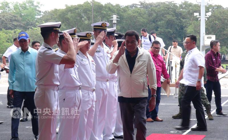 日本海上自衛隊有「準航母」之稱的加賀號護衛艦1日訪菲,菲律賓總統杜特蒂(中)下午登艦參觀。中央社記者林行健蘇比克灣攝 107年9月1日