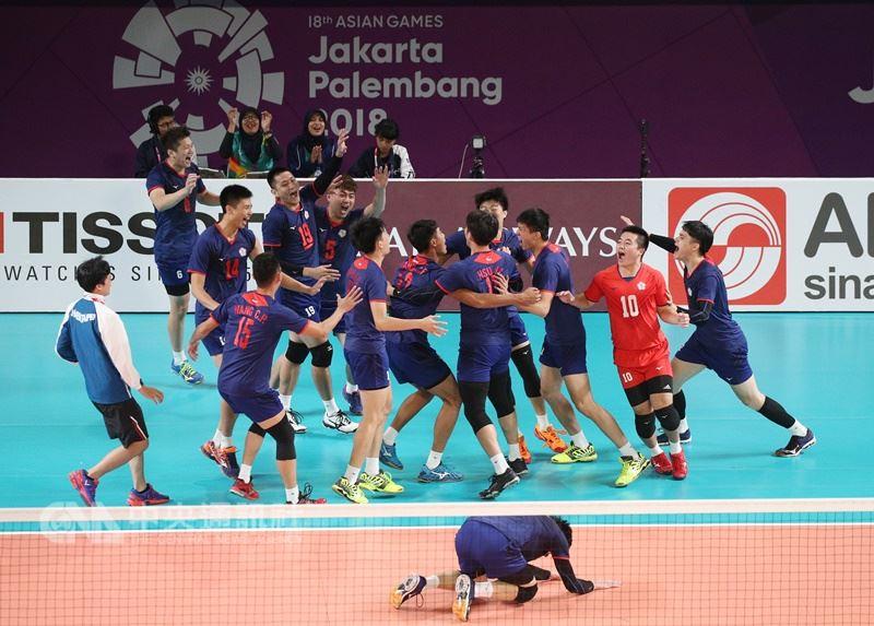 中華男排隊1日在亞運男子排球銅牌戰迎戰卡達,攻守表現俱佳,以3比1戰勝卡達摘下銅牌。 中央社記者張新偉攝 107年9月1日