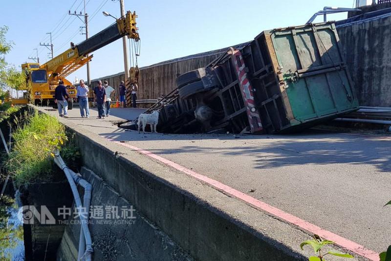 台南市城西路垃圾場聯外道路1日深夜發生塌陷,造成一輛大卡車陷落,市府會同相關單位人員2日上午前往現場處理。(台南市政府提供)中央社記者楊思瑞台南傳真 107年9月2日