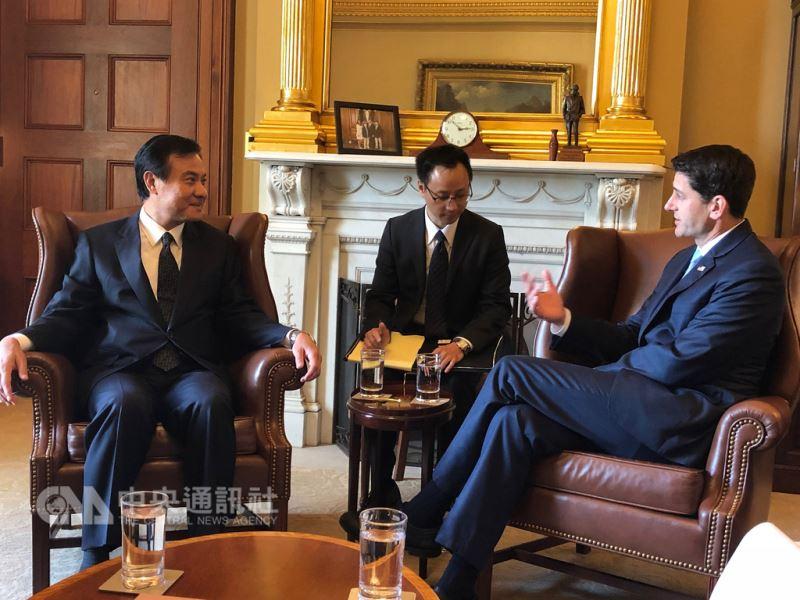 立法院院長蘇嘉全(左)利用出席美國參院軍事委員會主席馬侃葬禮機會,拜會美國眾議院議長萊恩(右)感謝美國國會對台灣的支持。(駐美代表處提供)中央社記者江今葉華盛頓攝 107年9月2日