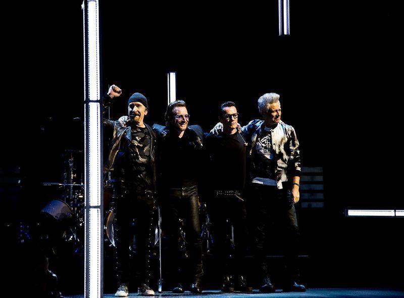 愛爾蘭搖滾團體U2 1日晚間在柏林舉行演唱會,主唱波諾(左2)唱幾首歌後完全失聲,提前結束表演。(圖取自U2臉書facebook.com/u2)