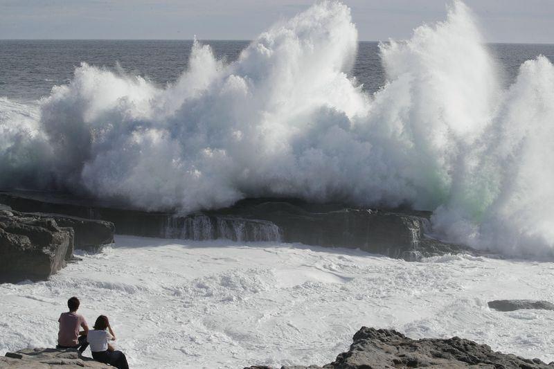 颱風燕子在日本九州東南方海上向北行進,4日逼近日本四國到紀伊半島一帶,預測會登陸,並帶來強風豪雨,和歌山縣3日已掀起大浪。(共同社提供)