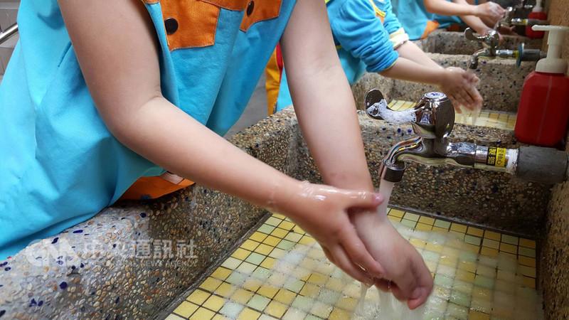 衛生福利部疾病管制署提醒,最近各級學校開學,腸病毒疫情可能上升,學童應確實勤洗手,生病在家休息,減少病毒傳播。中央社記者陳偉婷攝 107年9月4日