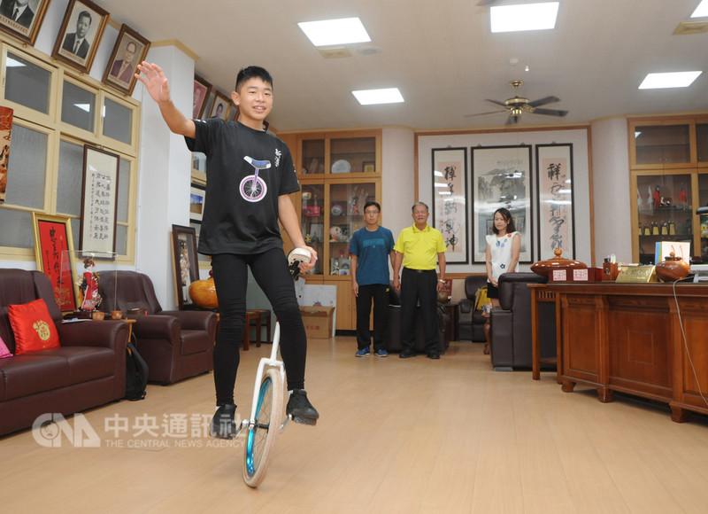 苗栗少年劉佳穎(左)克服先天性心臟病苦練獨輪車有成,日前赴韓國參加2018世界獨輪車大賽(UNICON 19),個人勇奪3金2銀佳績,為國爭光。中央社記者管瑞平攝 107年9月4日