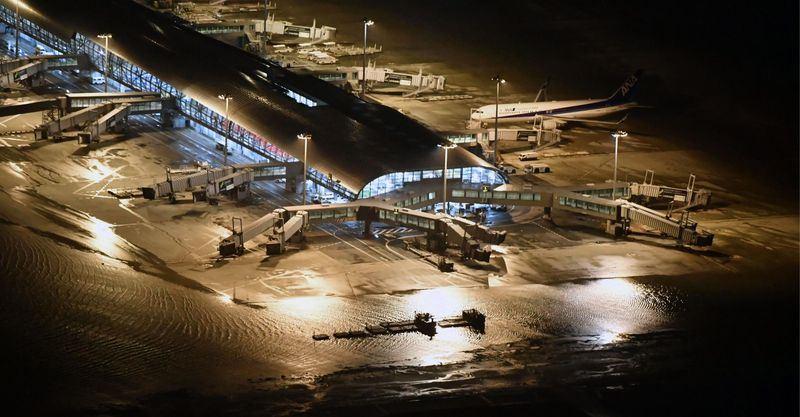 日本遭受25年來最強颱風燕子侵襲,關西國際機場淹水封閉。(共同社提供)