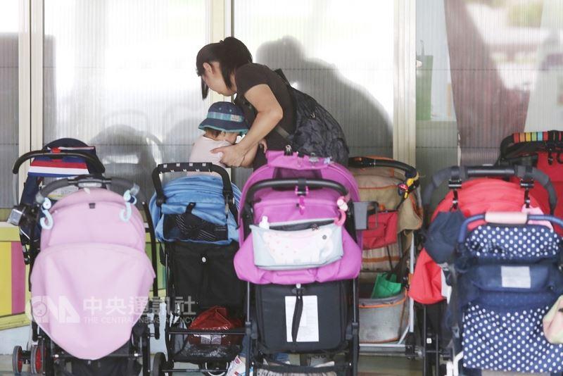行政院5日表示,推動托育準公共化是為了減輕家長負擔、提升教保人員薪資,這樣的政策目標沒有改變。(中央社檔案照片)