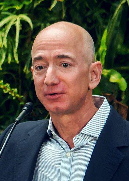 亞馬遜市值暴增,身為全球首富的54歲創辦人貝佐斯是最大受益人之一。(圖取自維基共享資源;作者Seattle City Council,CC BY 2.0)