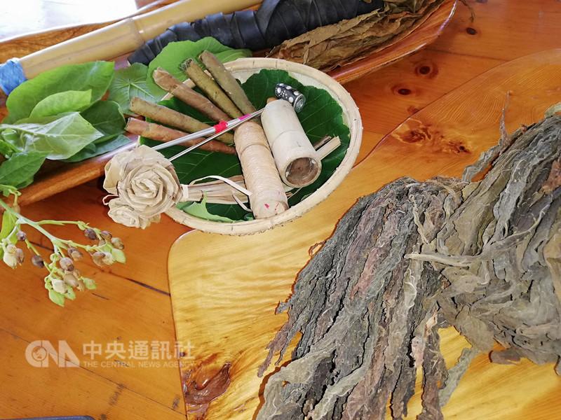 旅遊公司推出「台灣心故事」,首波與航空合作「台東原味篇」,帶旅客前往台11線花東海岸公路旁的都歷部落。都歷部落種植菸草,遊客還可學到在部落視為平常的捲菸技術。中央社記者汪淑芬攝  107年9月5日