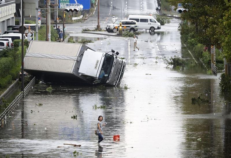 日本的威力最強颱風「燕子」4日切過日本西部,颱風帶來大雨,大阪市災情慘重。(檔案照片/共同社提供)