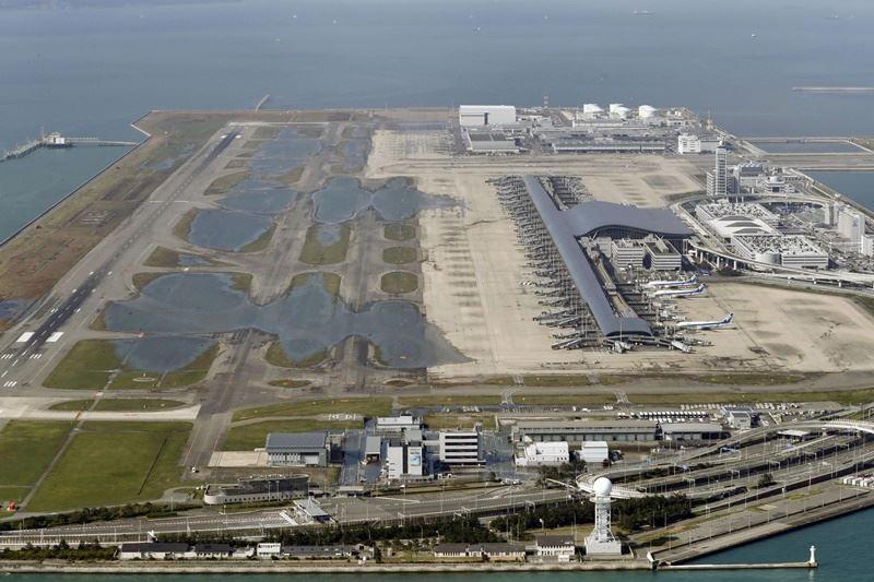 關西機場因颱風侵襲釀災,日本內閣官房長官菅義偉表示,目前仍不確定機場何時能重新運作。圖為5日仍可見關西機場跑道積水。(共同社提供)