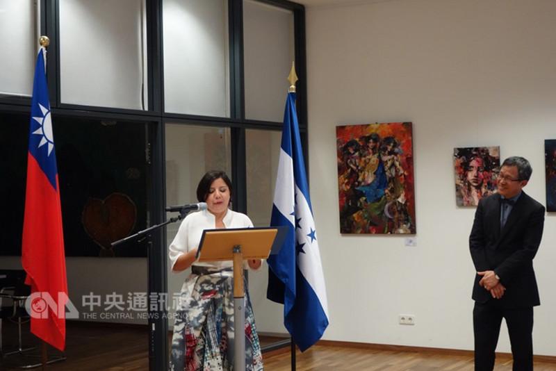 宏都拉斯駐德國大使瓦雷拉4日在柏林台灣文化廳致詞,為藝術展揭幕。(駐德代表處提供)中央社記者林育立柏林傳真 107年9月6日