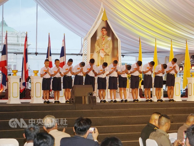 泰國12名獲救的少年足球隊員,在泰國政府的感恩晚會上感謝所有救援人員的救命之恩。中央社記者劉得倉曼谷攝 107年9月6日